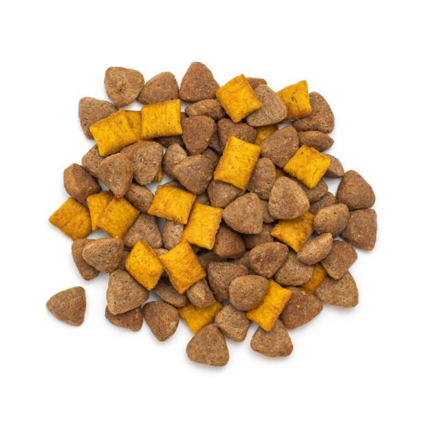 pile of dry cat or dog food isolated on white background. top view - lata comida gato imagens e fotografias de stock