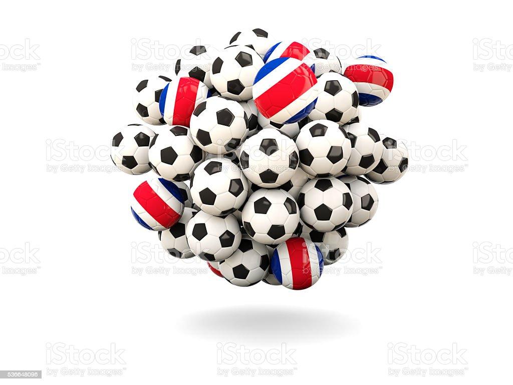 Pila de balones de fútbol con la bandera de Costa Rica - foto de stock