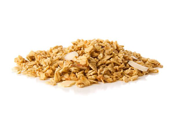 Haufen von granola Müsli mit Mandeln auf Weiß – Foto