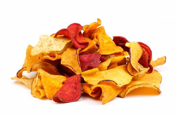haufen von gesunden gemüse chips, seitenansicht, isoliert auf weiss - gemüsechips stock-fotos und bilder