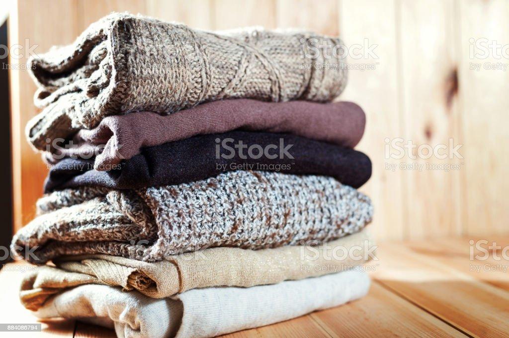 Haufen von gestrickten Winterkleidung auf hölzernen Hintergrund, Pullover, Platz für text – Foto