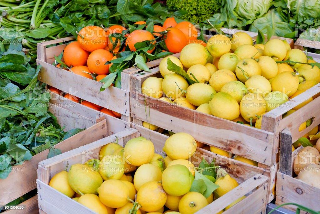 Haufen von Zitronen und Orangen in Holzkiste - Zitrusfrüchte – Foto