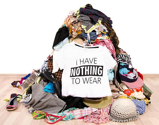 haufen von vielen kleidung und haben nichts zum anziehen top. - kleiderschrank ohne türen stock-fotos und bilder