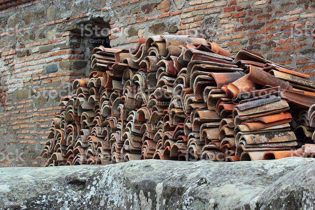 Pila di vecchie piastrelle utilizzato tetto fotografie stock e