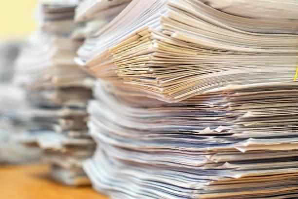stapel von papierdokumenten im büro - druckerzeugnis stock-fotos und bilder