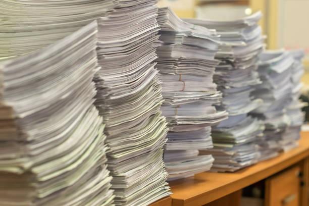 사무실에서 종이 문서 더미 - 더미 뉴스 사진 이미지