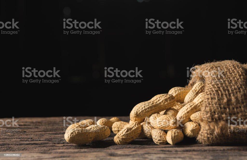 Haufen von Erdnüssen, Erdnüsse Stack auf Holztisch mit Textfreiraum. – Foto