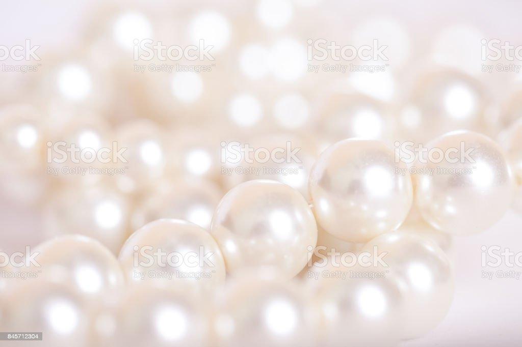 Haufen von Perlen auf dem weißen Hintergrund – Foto