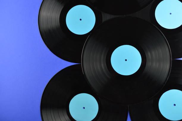 pile de longue durée de rétro vinyles sur fond bleu - Photo