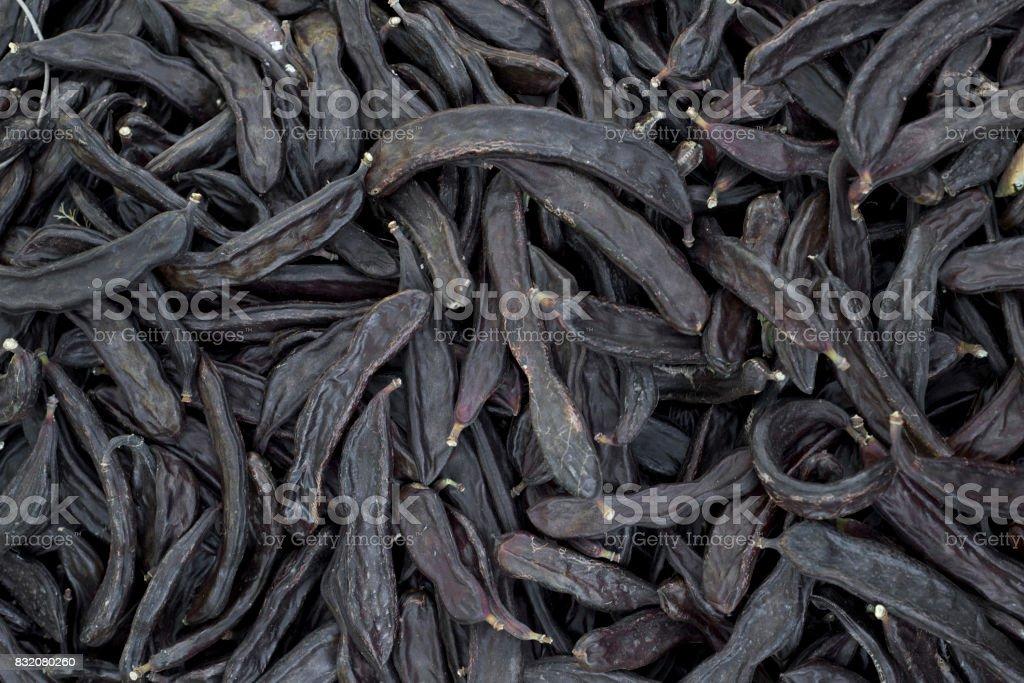 pila de algarrobas maduras - foto de stock