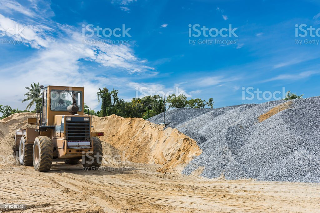 Pile of sand and stone with shoval tractor – Foto