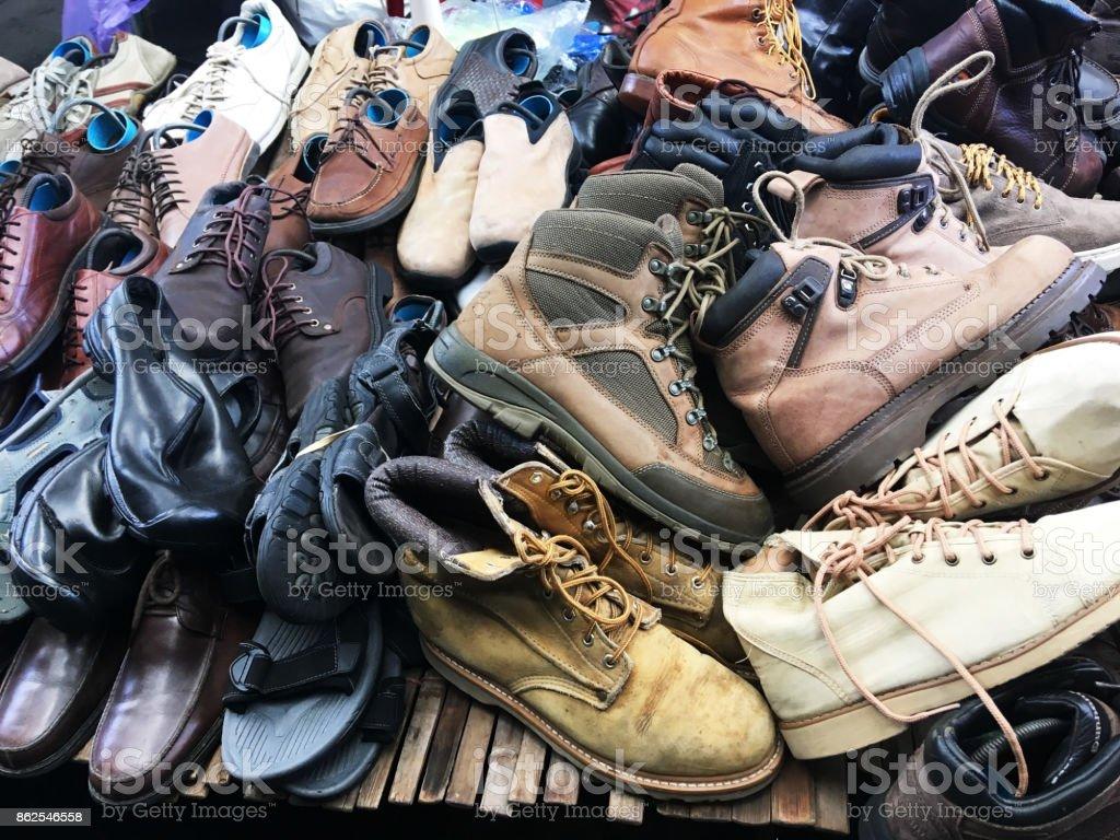 9669cd08 Pila de zapatos de segunda mano en plataforma en el mercado de fin de  semana.