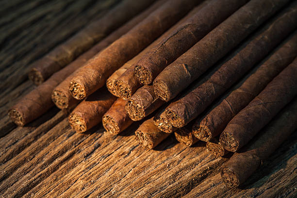 pile of small cigar on old wooden table – Foto