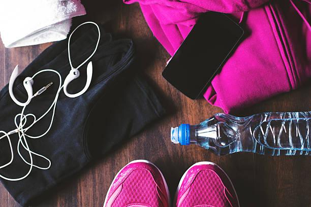 sport-ausrüstung auf hölzernen hintergrund - rosa training stock-fotos und bilder