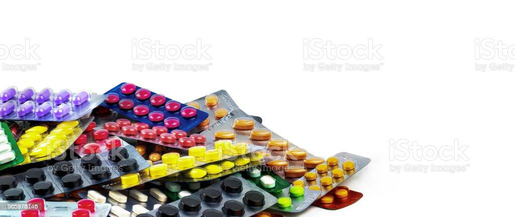 Stapel tablet pillen geïsoleerd op een witte achtergrond. Geel, paars, zwart, oranje, roze, groen tablet pillen in blisterverpakking. Pijnstiller geneeskunde. Drug voor migraine hoofdpijn. Farmaceutische industrie. - Royalty-free Apotheek Stockfoto