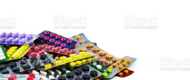 Stapel Tablet Pillen Geïsoleerd Op Een Witte Achtergrond Geel Paars Zwart Oranje Roze Groen Tablet Pillen In Blisterverpakking Pijnstiller Geneeskunde Drug Voor Migraine Hoofdpijn Farmaceutische Industrie Stockfoto en meer beelden van Apotheek