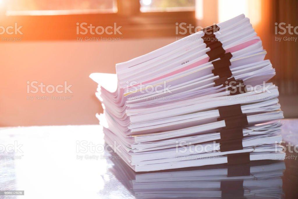 Haufen von unvollendeten Dokumente auf Schreibtisch, Stapel der Wirtschaftszeitung - Lizenzfrei Akte Stock-Foto