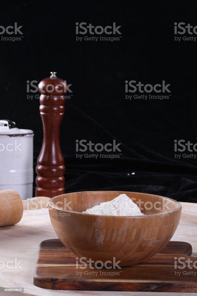 Montón de harina de trigo y madera - Foto de stock de Aderezo libre de derechos