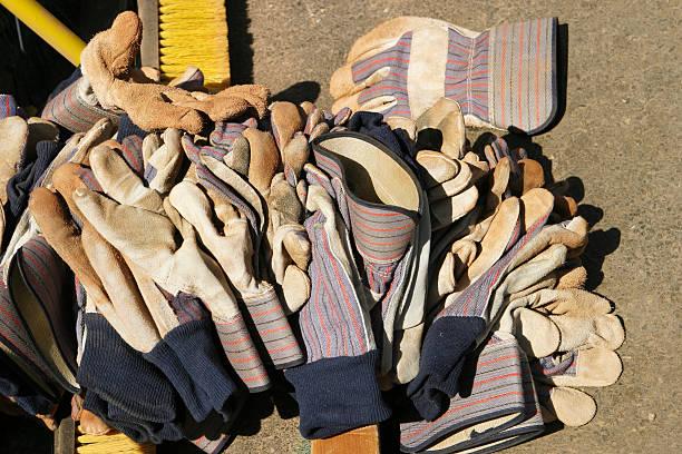 haufen von arbeit handschuhe - arbeitshandschuhe stock-fotos und bilder