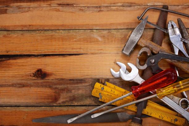 aufgetürmt handwerkzeuge auf einer hölzernen werkbank - diy ordner stock-fotos und bilder