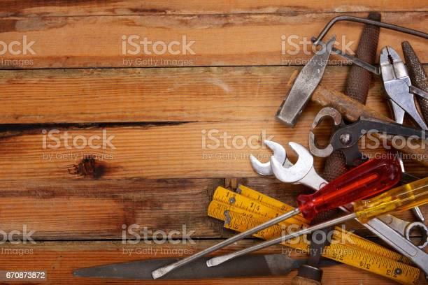 Handgereedschap Opgestapeld Op Een Houten Werkbank Stockfoto en meer beelden van Achtergrond - Thema