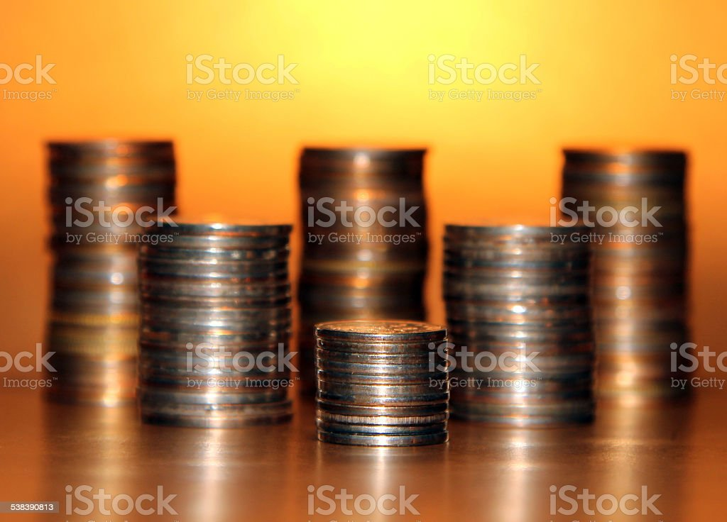 piles of coins on a gold background foto