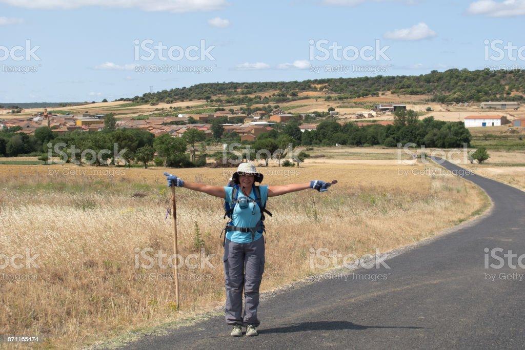 Peregrino con los brazos abiertos en el francés manera de St James (Camino de Santiago) a Compostela - foto de stock