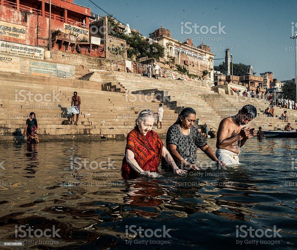 Pellegrini il bagno nel fiume gange varanasi india - Bagno nel gange malattie ...