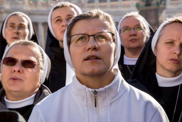 peregrinos durante urbis et orbis oración - hermana fotografías e imágenes de stock