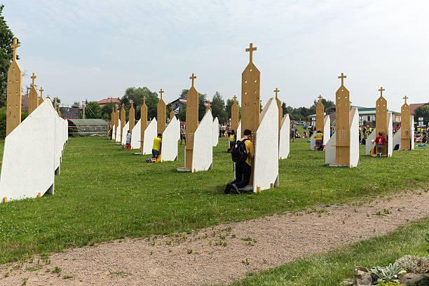 pilgrims in zone of reconciliation at sanctuary of divine mercy in lagiewniki - jugendweihe 2016 stock-fotos und bilder