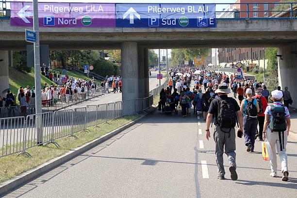 pellegrini passeggiata madisonalle a friburgo, dopo il papa di massa. - ratzinger foto e immagini stock