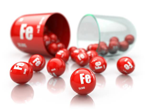 鐵鐵元素丸。 膳食補充劑。在白色查出的維生素膠囊。三維 - 鐵 個照片及圖片檔
