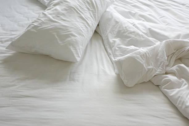 Kissen und Decke unordentlich Bett am Morgen – Foto