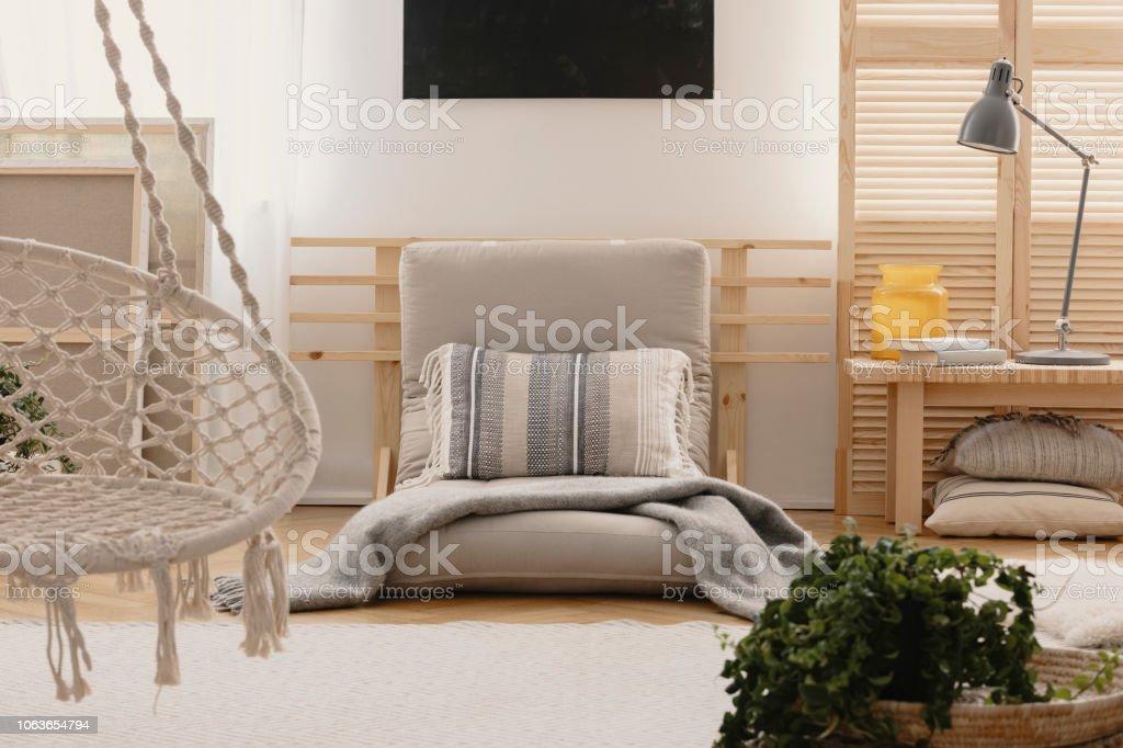 Kissen Und Decke Auf Grauen Futon Im Boho Schlafzimmer ...