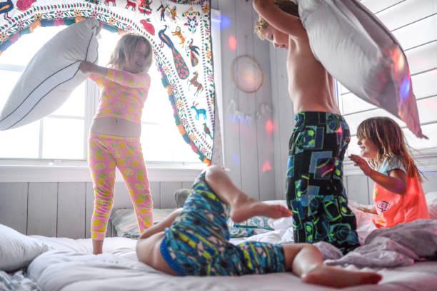 kissen zu kämpfen, dance party sleepover chaos und kinder - kinderparty spiele stock-fotos und bilder