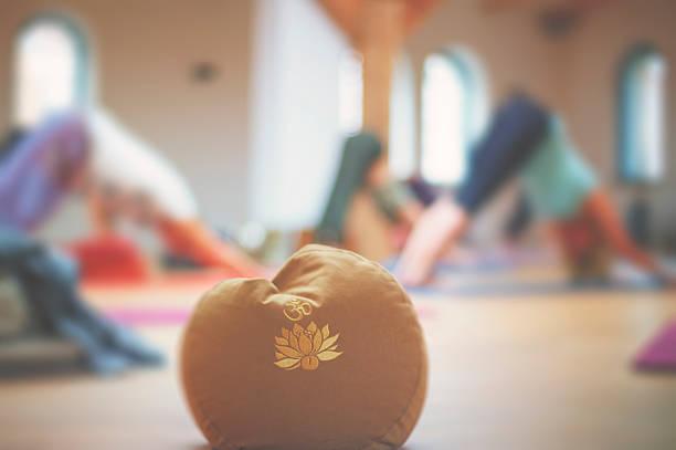 kissen mit om-symbol - yin yoga stock-fotos und bilder