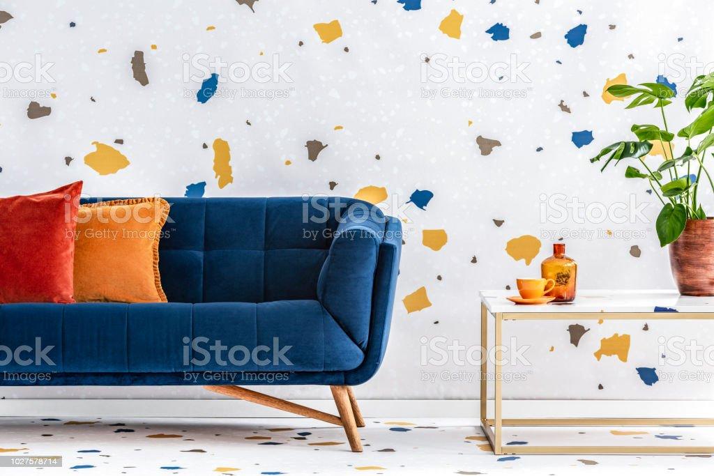 Kissen Auf Der Blauen Couch Neben Tisch Mit Werk In Bunte Moderne ...