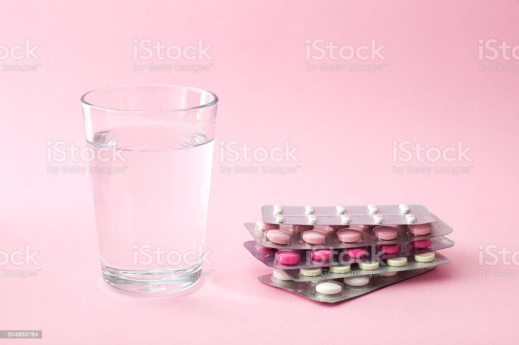 Tabletten und Glas Wasser – Foto