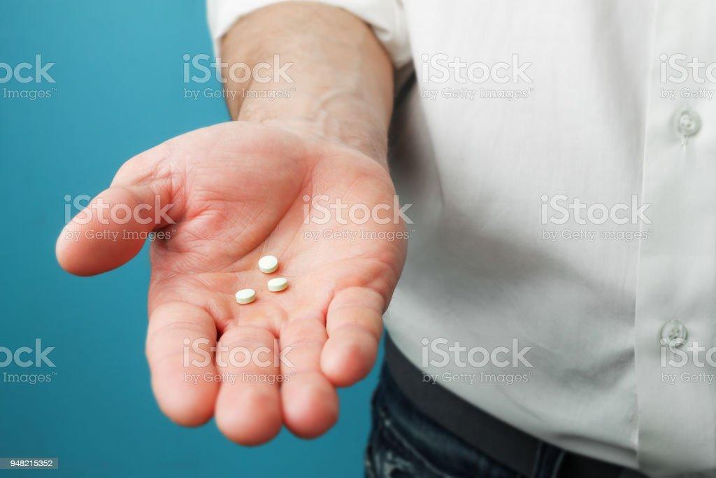 Pillen in Händen der Männer – Foto