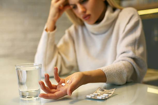 tabletten in frau hände. - schmerzmittel stock-fotos und bilder