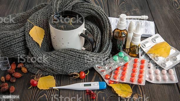 Tabletten Nase Drops Und Heißen Tee Mit Zitrone Um Erkältungen Stockfoto und mehr Bilder von Erkältung und Grippe