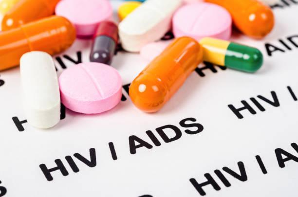 pillen auf hiv hilft papier - aids stock-fotos und bilder