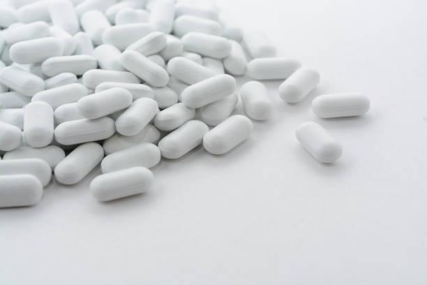 Pillen auf weißem Hintergrund. – Foto