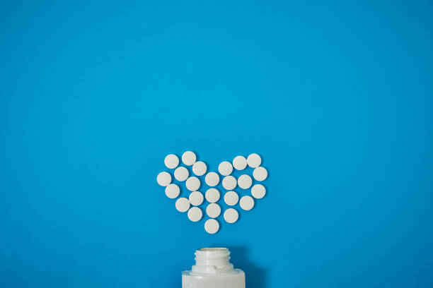pills iyi sağlık kalbin tutmak için - aspirin stok fotoğraflar ve resimler
