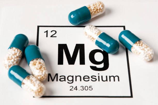 약 화학 테이블에서 비문와 흰색 배경에 미네랄 mg (마그네슘) - 마그네슘 뉴스 사진 이미지