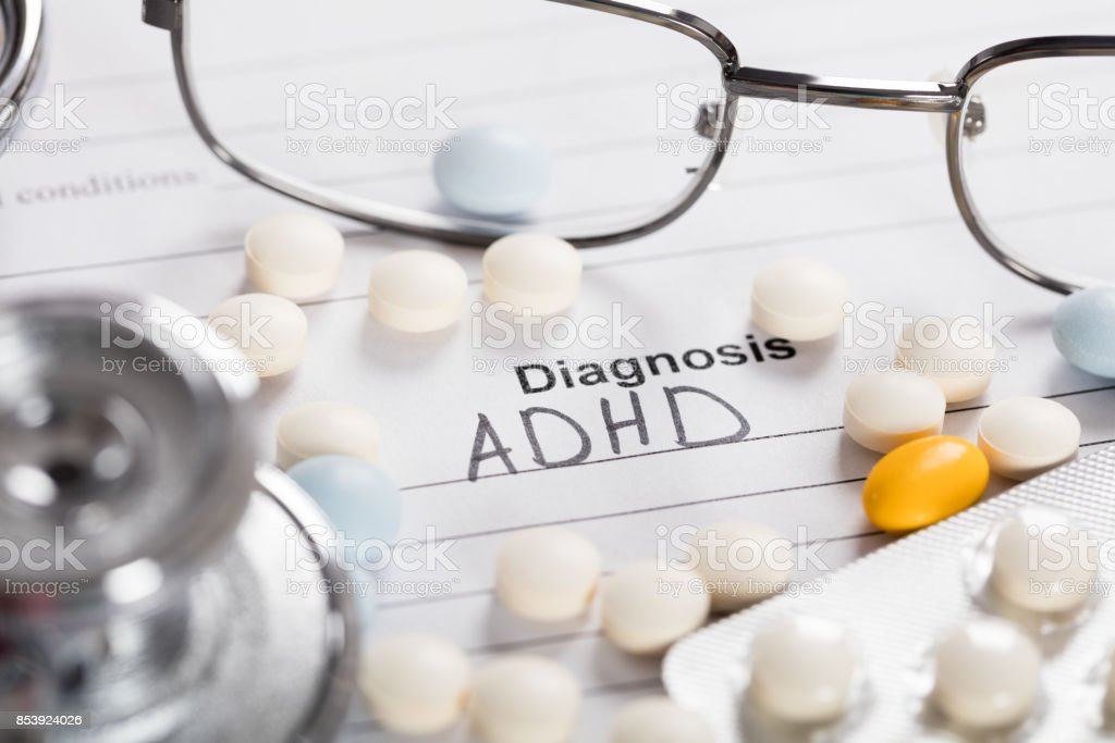 Pillen; Brille und Stethoskop mit Text Diagnose ADHS – Foto
