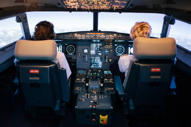 Pilot und Copilot sitzen im Flug-Simulator-Cockpit – Foto