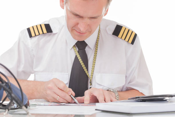 Pilot füllt Logbuch aus und prüft Papiere – Foto