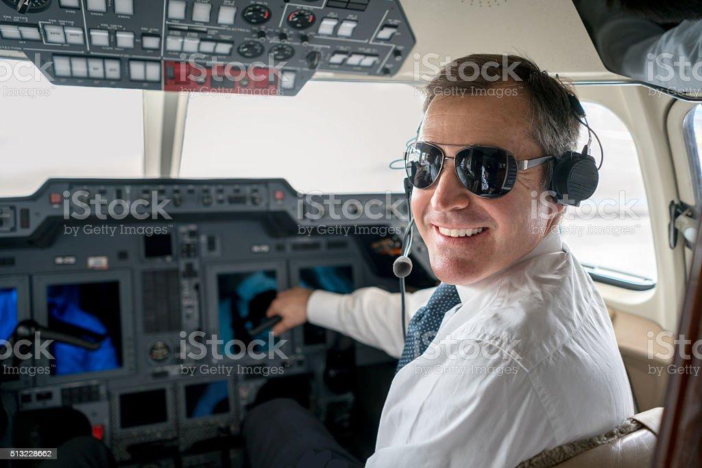 Pilot flying a private plane - Lizenzfrei Blick in die Kamera Stock-Foto