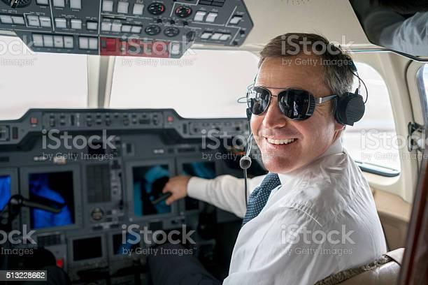 Pilot Flying A Private Plane Stockfoto und mehr Bilder von Blick in die Kamera
